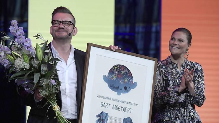Der belgische Autor Bart Moeyaert (links im Bild) hat am Montag von der schwedischen Prinzessin Victoria (rechts) den Astrid-Lindgren-Gedächtnispreis erhalten.