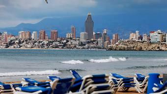 Die spanische Wirtschaft leidet massiv unter der Coronakrise - im Bild ein verlassener Strand in Benidorm. (Archivbild)