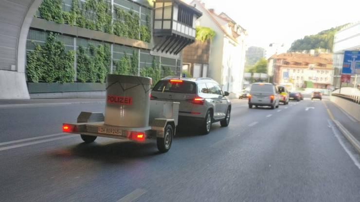Die Zürcher Spezialisten transportieren den Sprengkörper nach Zürich – das Bild wurde in Baden aufgenommen, am Dienstag um 18.30 Uhr.