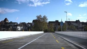 Die Jungfernfahrt über die Hilfsbrücke im Video.