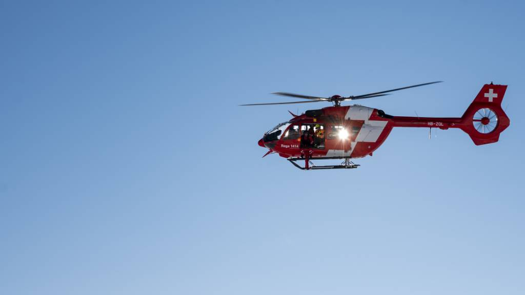 Maler (45) stürzt vier Meter von Dach – mit Rega ins Spital geflogen