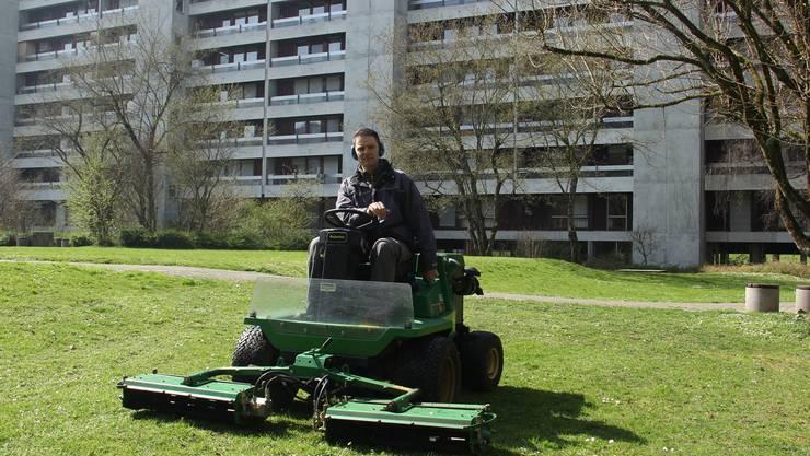 Telli-Hauswart Gaetano Scottino am Rasenmähen. Er sorgt täglich für Ordnung und Sauberkeit im Telliquartier.