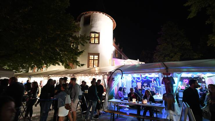 Traumhafte Dorffeststimmung beim Binninger Schloss.
