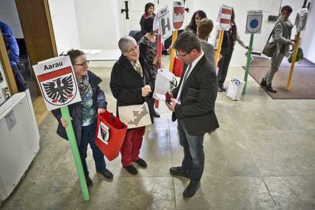 TW-Lehrerinnen schenken dem Grossrat  farbiges Etuis mit der Forderung für keinen Abbau beim Textilen Werken.