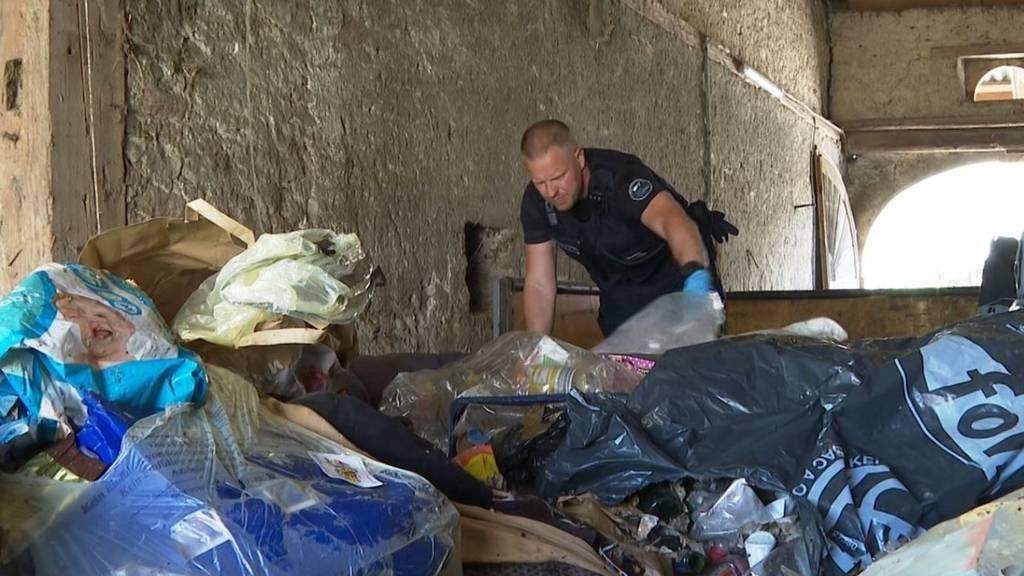Hier sucht die Polizei zwischen gebrauchten Windeln nach Beweisen