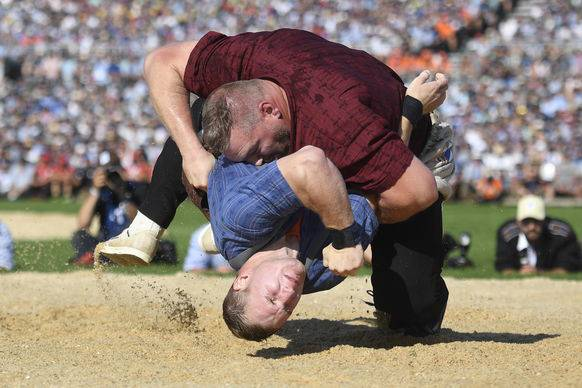 Stucki legt Wicki auf den Rücken – also so halb. (Quelle: EPA/Keystone)