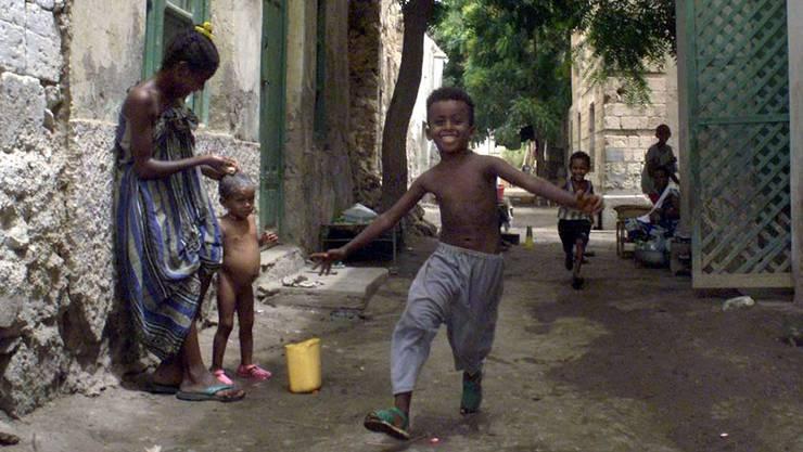 Eine Junge rennt durch eine Strasse in Massawa, Eritrea. Der Bundesrat zeigt sich gewillt, engere Kontakte mit dem ostafrikanischen Land zu pflegen.