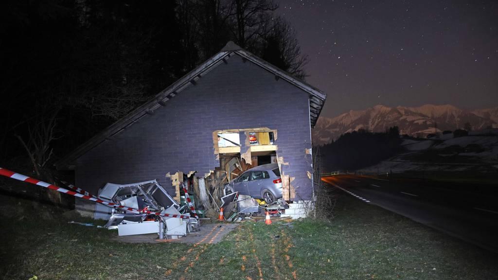 Der Unfall ereignete sich kurz nach Mitternacht auf der Schwanderstrasse in Stalden.
