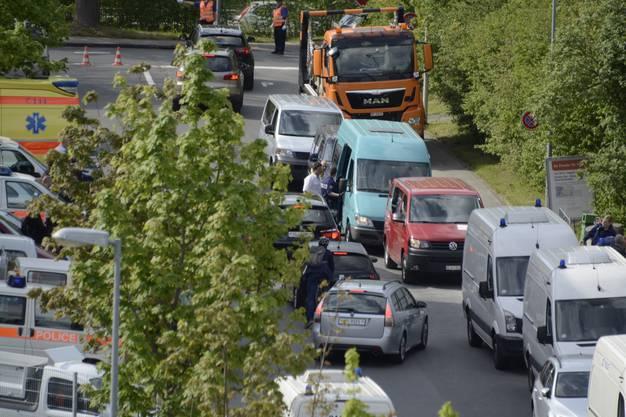 Die Jenische werden mit Kleinbussen weggebracht.