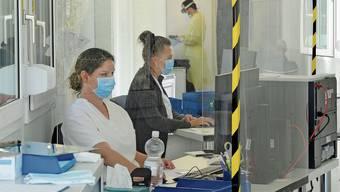 Die Angst vor eingeschleppten Virusmutationen wächst, und mit ihr werden die Rufe nach verschärften Kontrollen an der Grenze laut – im Bild der Zoll in Koblenz. Bei einer Testpflicht für Grenzgänger wären Coronatestcenter, wie hier jenes am Kantonsspital Baden, deutlich stärker gefordert als bisher.
