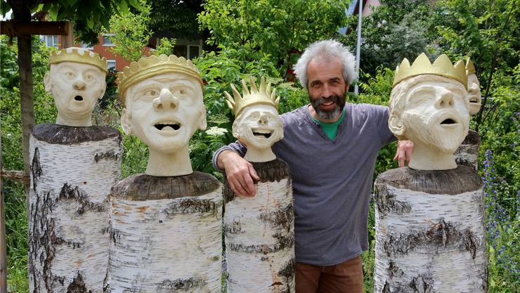 Philipp Rieder stellt im Garten des Roggenparks Skulpturen aus.