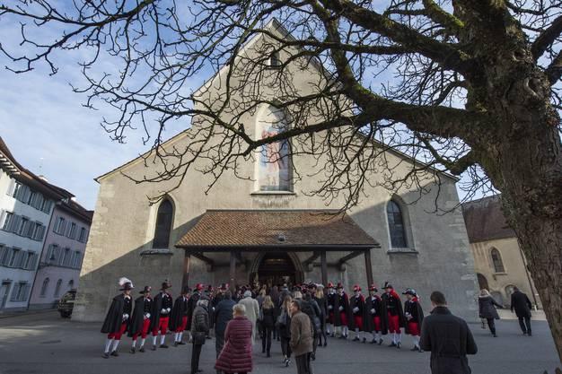 Schon eine halbe Stunde vor Beginn der Trauerfeier gestern Nachmittag strömten Hunderte – meist schwarz gekleidete – Menschen zur Badener Stadtkirche.
