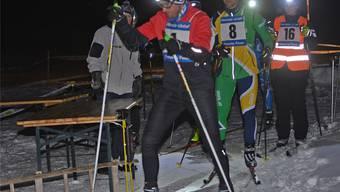 Läufer am Start des ersten Abendrennens auf der Moosloipe in dieser Saison.