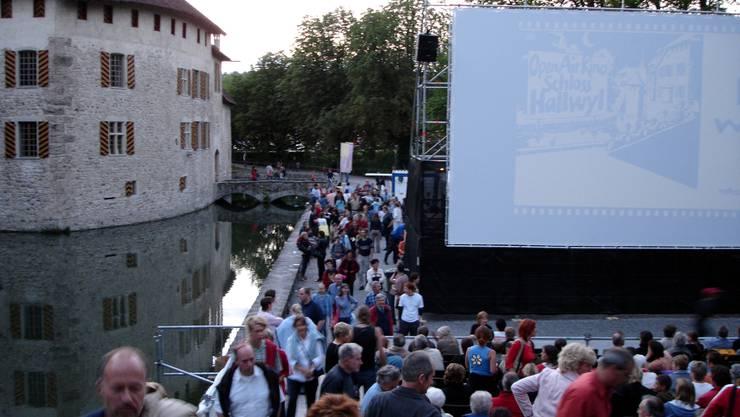 Das Open-Air-Kino beim Schloss Hallwyl punktet mit seiner idyllischen Lage direkt am Wassergraben. Auch dieses Freiluftkino braucht für das Jahr 2012 einen neuen Hauptsponsor.