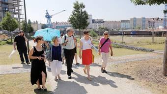 Die Delegation der SP Basel-Stadt auf Erkundung im ehemaligen Hafen von Offenbach.