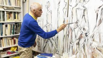 In seinem Atelier in Hausen gibt Heinz Ackermann den Bildern ihren letzten Schliff.