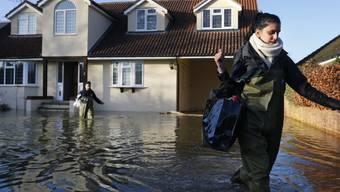 Hausbewohner in Wraysbury flüchten am Dienstag vor dem Hochwasser