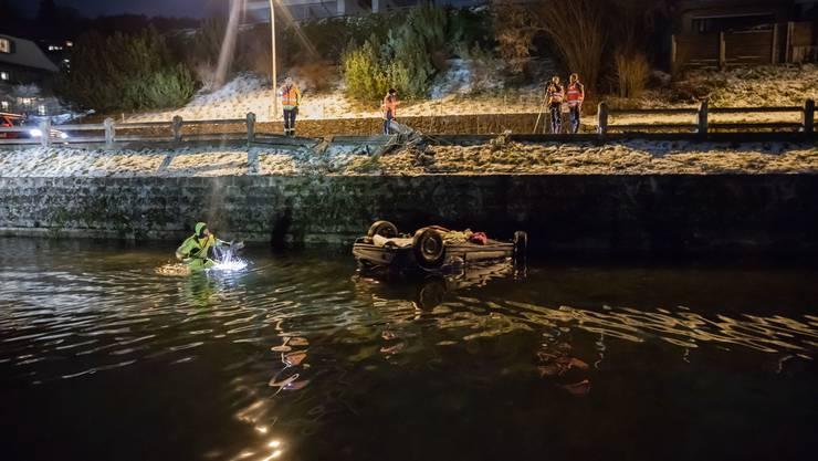 Oberwil bei Zug, 19. Januar (1): Ein junger Mann verlor die Herrschaft über sein Auto und landet im Zugersee.