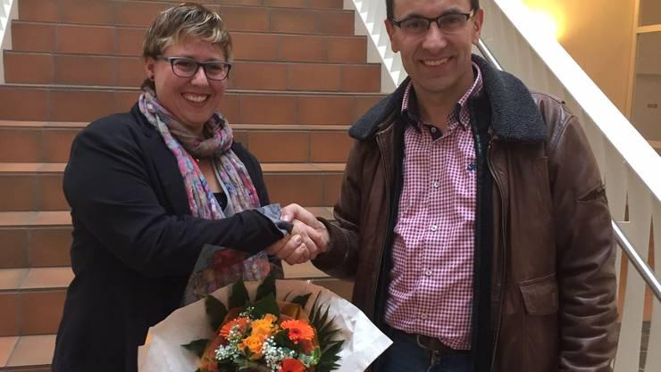 Thomas Wirth gratuliert Manuela Ehmann zur Wahl in die Schulpflege