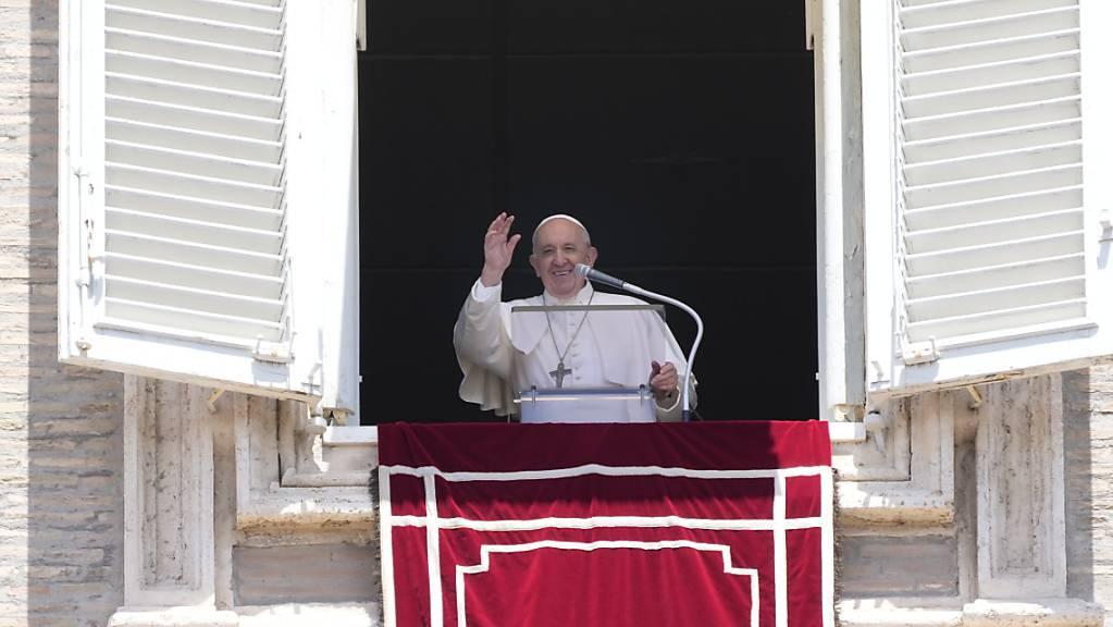 Papst Franziskus winkt aus dem Fenster seines Arbeitszimmers mit Blick auf den Petersplatz, während er das Angelus-Mittagsgebet spricht. Foto: Gregorio Borgia/AP/dpa