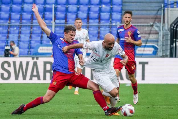 Ein Wirbelwind: Tunahan Cicek (am Ball) gegen Basels Fabian Frei.