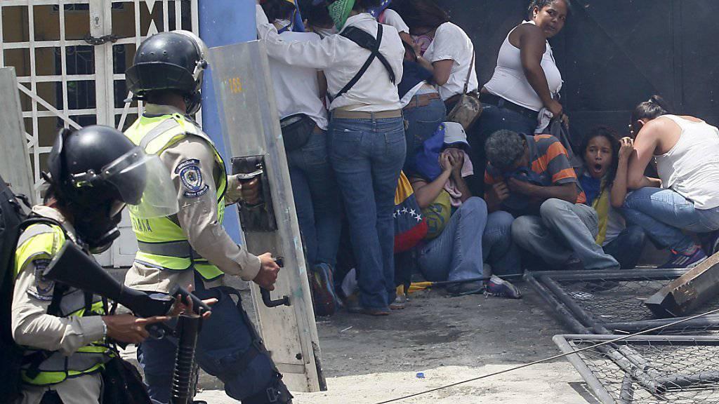 Die Sicherheitskräfte und regierungstreue Truppen gehen hart gegen Demonstranten in Venezuela vor.