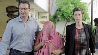 Die Freigelassene in Begleitung von Mitarbeitern der Schweizer Botschaft.