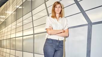 Inspiriert von der Bädergeschichte: Veronika Spierenburg bei der Einweihung ihres Kunstwerks im Metro-Shop.