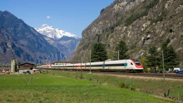 Während der grenzüberschreitende Verkehr zu einem Rinnsal geworden ist, halten die Intercity-Neigezüge (ICN) nach Lugano einigermassen die Stellung. Foto: David Gubler