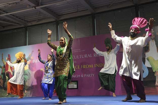 Tanzshow der Punjabi Folk Dance Company