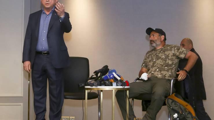 Armeniens Ex-Präsident und jetziger Regierungschef Sersch Sargsjan (l) beim Treffen mit Oppositionsführer Nikol Paschinjan (r), das er vor laufenden Kameras abbrach. Paschinjan wurde nach dem kurzen Treffen von der Polizei festgenommen.