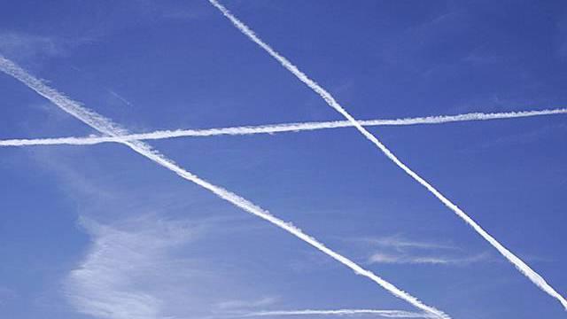 Flugzeuge hinterlassen Kondensstreifen an einem abendlichen Himmel (Symbolbild, Archiv)