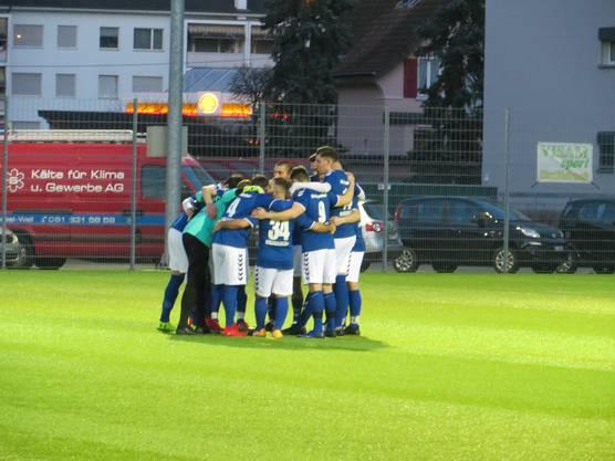 Die Mannschaft vom Frenkendorf spricht sich gemeinsam Mut zu. Wir schaffen das, eben ein Sieg gegen Rossoneri