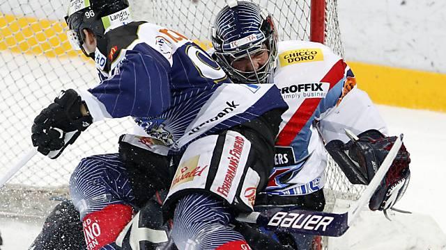 Kloten-Goalie Ronnie Rüeger (r.) von Zugs Damien Brunner bedrängt