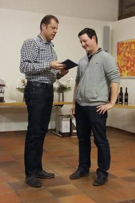 Dominic Kunz (links) übergibt Philipp Hert mit einem Geschenk symbolisch die Vereinsführung
