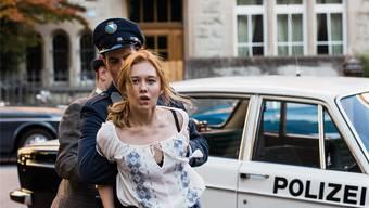 Lina (Rabea Egg) wird von der Polizei in eine Umerziehungsanstalt zwangseingewiesen.PASCAL MORA/SRF