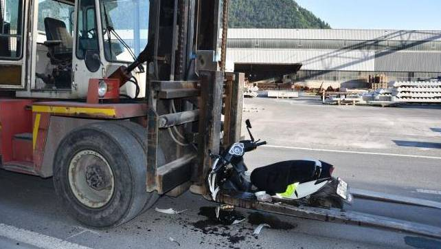 Der Rollerfahrer wurde nach der heftigen Kollision verletzt ins Spital gebracht.