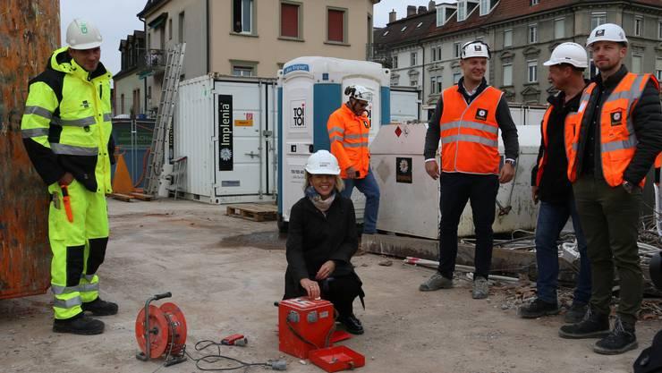 Stefanie Weller von der Bauherrschaft durfte die Sprengung auslösen.