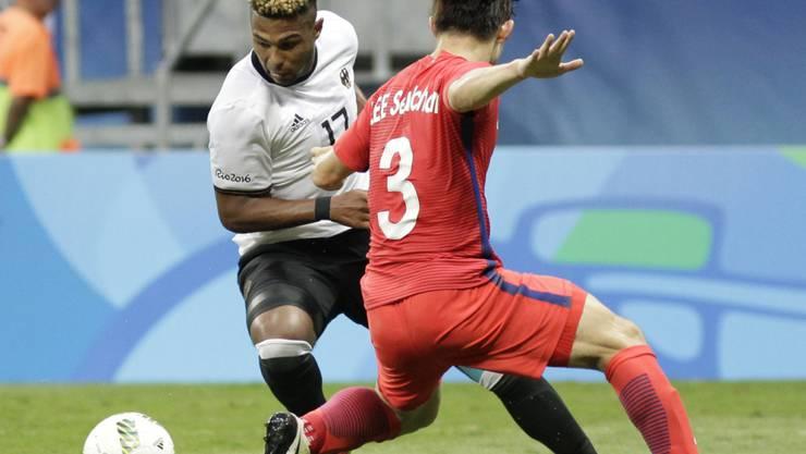 Rettete Deutschland in der Nachspielzeit einen Punkt: Serge Gnabry setzt sich gegen Südkoreas Lee Seul-Chan durch