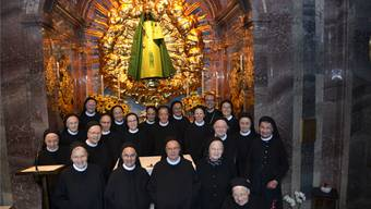 Die Schwesterngemeinschaft aus dem Kloster Fahr in der Gnadenkapelle der Stiftskirche Einsiedeln vor dem neuen Fahrer-Kleid zusammen mit Abt Urban Federer und Priorin Irene Gassmann (hinterste Reihe rechts).