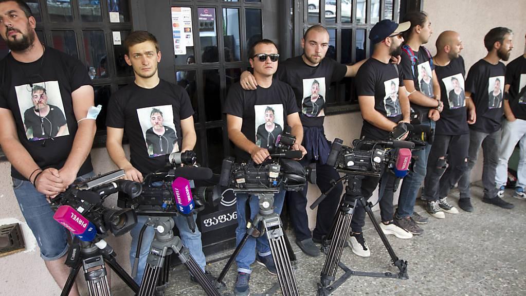 Kollegen eines nach einem Angriff gestorbenen Journalisten protestieren in Tiflis. Foto: Shakh Aivazov/AP/dpa