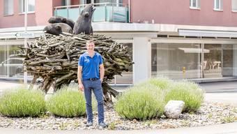 Reto Schmid posiert auf dem Wettinger Rabenkreisel – im Hintergrund sein Showroom. sandra ardizzone