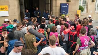Die angereisten Aktivisten mussten viel Geduld mitbringen. bis sie aufs Perron gelassen wurden.