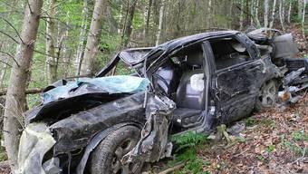 Das Wrack des Autos im Wald zwischen Morschach und Stoos: Der schwerverletzte Lenker schleppte sich zu einem Bekannten.