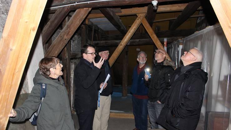 Architekt Roland Lenzin erklärt im Dachgeschoss die geplanten Massnahmen.
