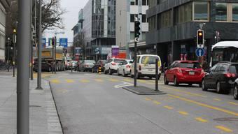 In einem BMW Cabrio fuhr der Beschuldigte die Bahnhofstrasse hinunter und hörte laut Musik. (Symbolbild)