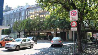 Die Signalisation zeigt es klar an: Via Rütistrasse und Allmend ist der Durchgangsverkehr nicht gestattet.