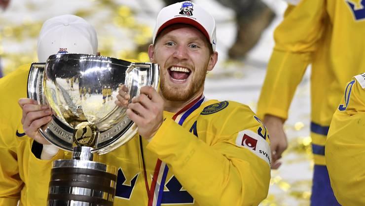 Schwedens Carl Soderberg präsentiert stolz den Pokal.