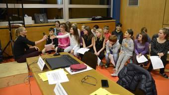 Nur eine Handbreit entfernt vom Sportstar: An der Gemeindeversammlung stellten die Schülerinnen und Schüler Fragen. Daniela Ryf antwortete.