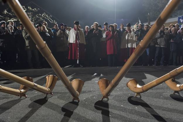 Im Dezember 2016 fährt die Schweizer Politprominenz durch den dichten Nebel nach Merenschwand, um mit der neuen Bundespräsidentin zu feiern.